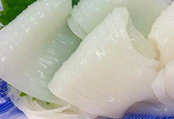 赤イカ糸作りは、イカの皮をむいて細かく切ってパックしています