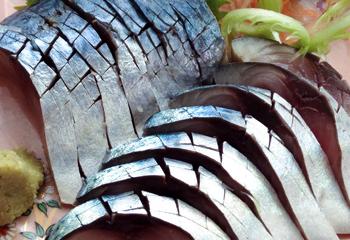 刀祢沖〆のしめさばは、酢につける時間を計算して、すっぱくなりすぎないように時間を調整しています。まろやかな締め加減がほどよい酸味の半生風味のしめさば